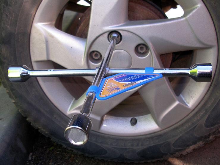 Баллонный ключ для замены колеса автомобиля