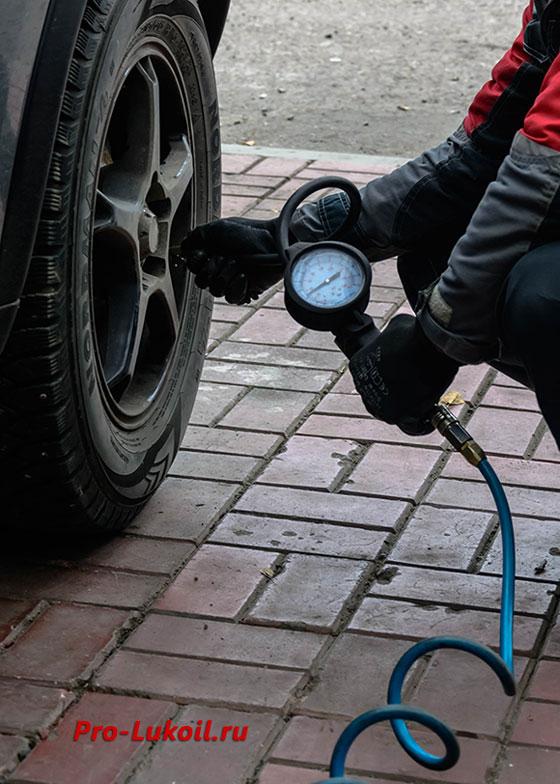 Какое давление в шинах должно быть зимой и летом. Автомобильный манометр - как измеряют давление в шинах